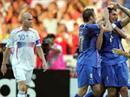 Totti gratuliert Materazzi nach dessen Tor (l. Zidane).