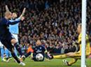 Man Citys Goalie Joe Hart pariert eine Grosschance von Pepe.