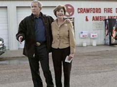 George W. Bush und Frau Laura bei der Stimmabgabe in Crawford, Texas.