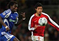 Dynamos Pape Diakhate gegen Arsenals Carlos Vela.