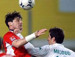 Lauterns Ciriaco Sforza gegen Bremens Johan Micoud.