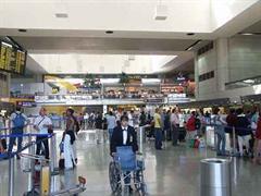 Die Polizei durchsuchte alle Terminals, bevor das Gebäude wieder freigegeben wurde.
