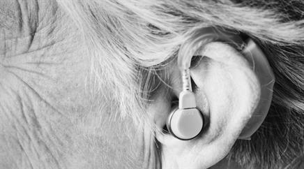 Früher waren Hörgeräte gross und klobig.