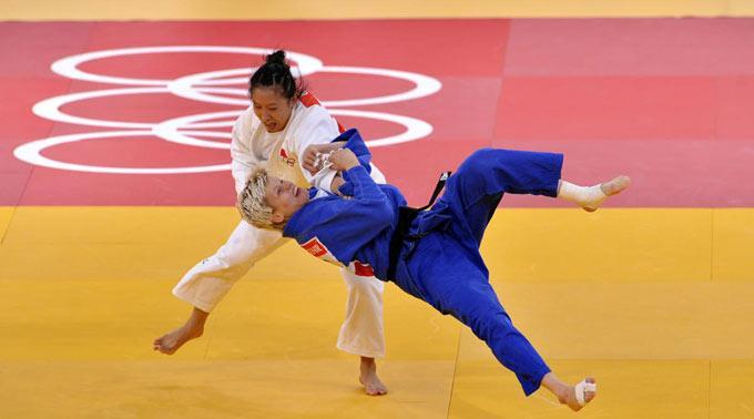 Lili Xu (weiss) gegen Urska Zolnir (blau).