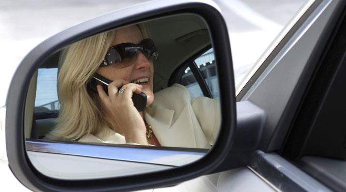 Telefonieren am Steuer lenkt ab.