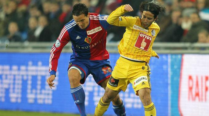 Basels Philipp Degen gegen Jahmir Hyka vom FCL.