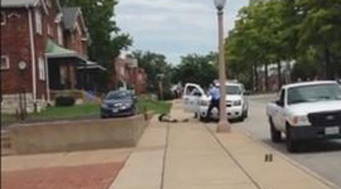Polizei killt erneut einen schwarzen Mann.