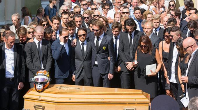 Pastor Maldonado, Felipe Massa, Jean-Eric Vergne, Mutter Christine Bianchi, Bruder Tom Bianchi und Vater Philippe Bianchi am Sarg.