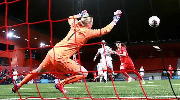 Ramona Bachmann erzielt das 3:0 gegen Torhüterin Sara Vrsatova und Eve Bartonova.