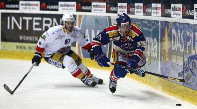 Biels Mathias Joggi gegen Franco Collenberg von den Kloten Flyers.